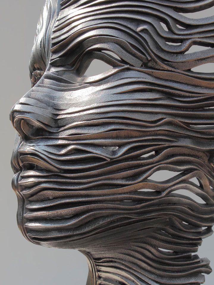 Un artiste français réalise de magnifiques sculptures en acier inoxydable qui vous donneront l'impression d'être emportées par le vent. À l'aide de ces longs rubans métalliques, il vous fera découvrir son univers totalement fascinant.  L'artiste f...