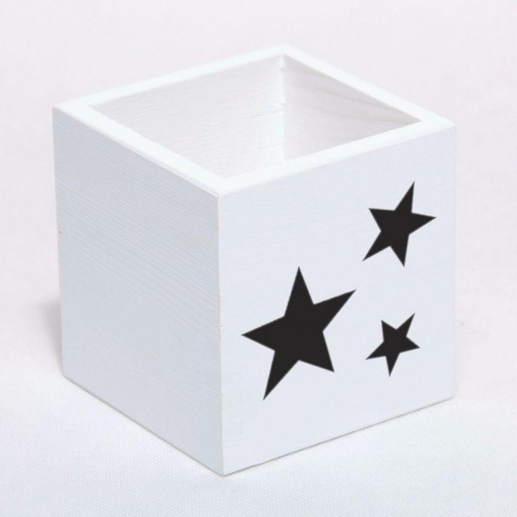 Pudełko, kubek na przybory piśmiennicze. Kolor biały, udekorowany gwiazdami. Dodatek i dekoracja do pokoju chłopca i dziewczynki. Przechowywanie.