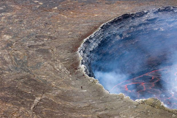 Volcan Nyiragongo, République démocratique du Congo : une terrasse avec vue sur l'enferAvec son cratère dépassant un kilomètre de diamètre et son lac de lave – le plus grand au monde – dont les variations de niveau ont formé de nombreuses terrasses, le Nyiragongo est l'un des volcans les plus dangereux d'Afrique. C'est à l'occasion d'une expédition de l'Institut national de géophysique et de vulcanologie italien que Francesco Pandolfo a pris ce cliché.