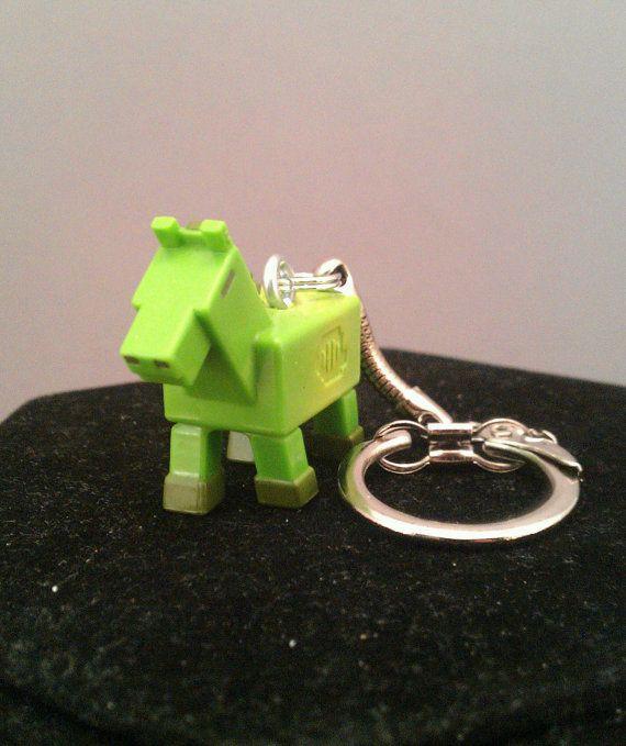 #Minecraft Zombie Pferd Mini-Figur, aus der Serie 2 blinde Boxen ist eine stilvolle bistabile Schlüsselbund geworden.  Das Zombie-Pferd ist mit einer 1/2 Schraube gesichert. Die Figur wird dann an den Schlüsselbund mit Schlüsselring, gewährleisten einen sicheren und dauerhaften Sitz befestigt.  Dies ist ein großes Feature mit meinem Schlüsselanhänger. Wo andere Sprung Ringe verwenden, ich benutze nur die die Split Ringe, weil sie sind haltbarer und kommt nicht auseinander wodurch Sie Ihr...