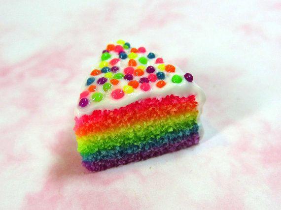 Pastel rebanada Charm - Rainbow rebanada de pastel con glaseado blanco y arco iris rocía polímero arcilla neón pastelería alimentos joyería ...