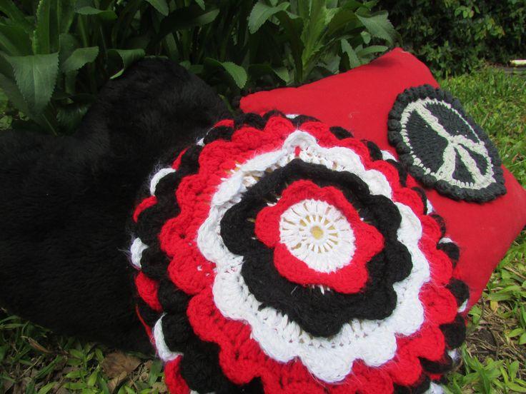 almohadones rojo, blanco y negro...