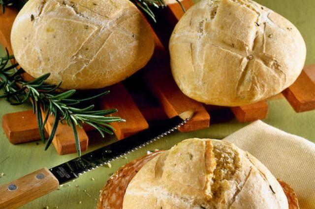 Ingredienti: – 450 g di farina 00 – 20 g di lievito di birra – 250 g di acqua circa – 2 cucchiai d'olio di oliva – 2 cucchiai rasi di rosmarinofresco tritato – 2 cucchiaini di sale – sale...