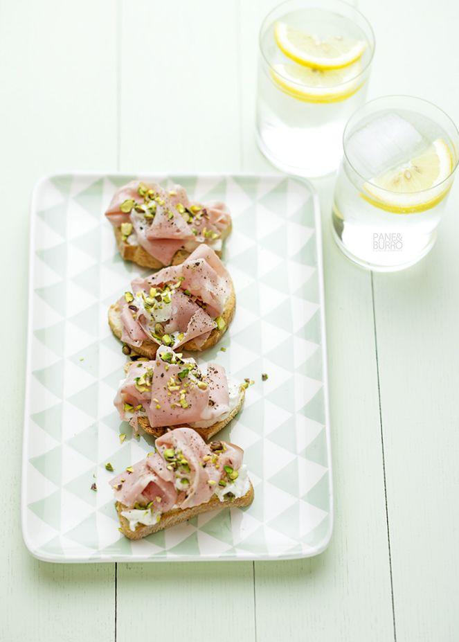 crostini con stracciatella mortadella e pistacchi by www.pane-burro.blogspot.it