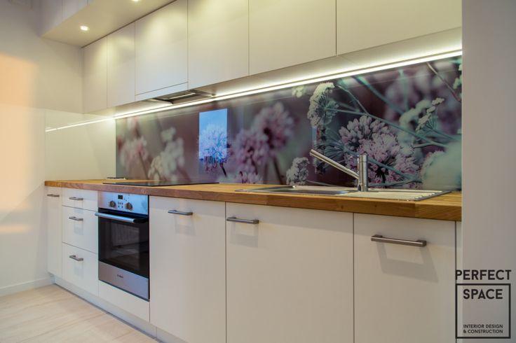 Perfect Space, backspalsh w aranżacji wnętrza kuchni, kwiaty