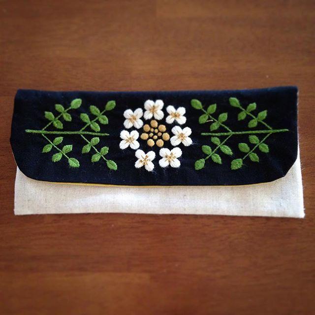 ペンケース、ほぼ完成! 葉っぱの練習は、これから… 筆記用具より、数珠のが似合うなぁ 新学期、幼稚園・小学校へ行く時に持って行くぞ〜! #刺繍 #手芸 #ハンドメイド #ペンケース #筆箱 #オランダガラシ #植物#草 #草花 #handembroidery #handmade #embroidery #pencase #plant #flower