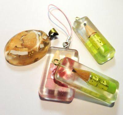 Pequenos objetos que recordam um determinado momento eternizados em resina.