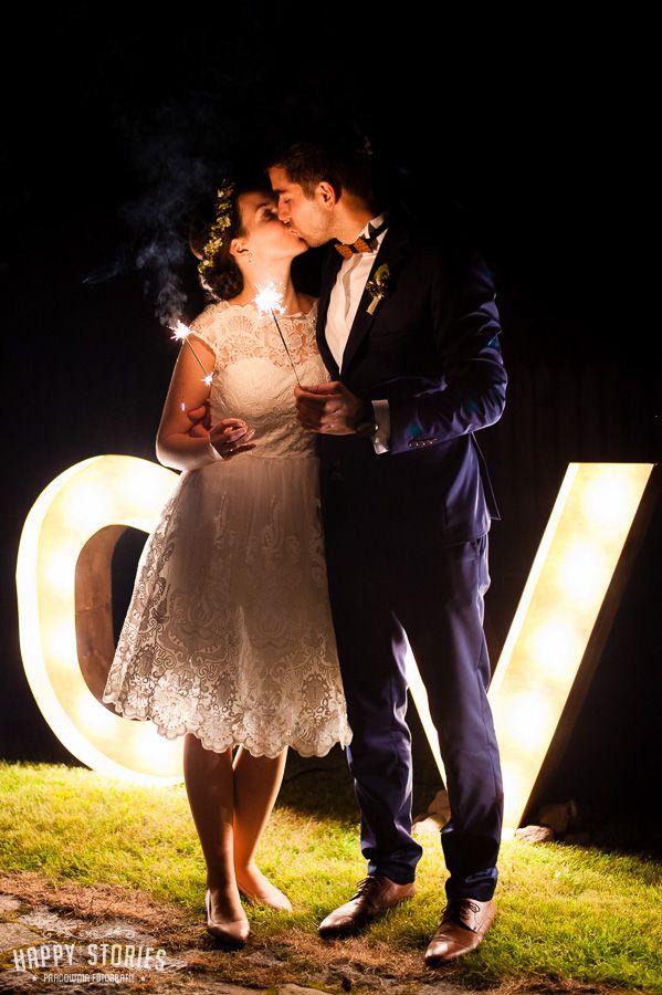 napis love na wesele / drewniany napis / świetlny napis love / fot. Happy Stories