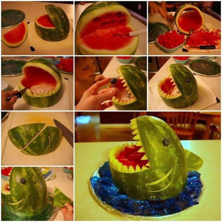 sculpture sur fruit sur la table - requin en pastèque remplie de fruits
