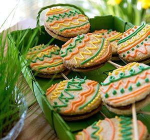 Pääsiäistikkarit tuovat väriä ja makua pääsiäisen jälkiruokapöytään, erinomaista vaihtelua suklaamunille.