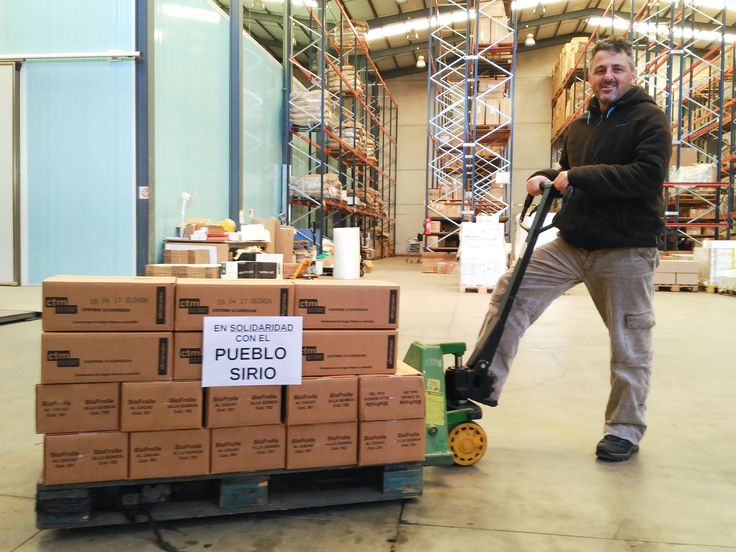 Preparando envío de galletas a Siria en nuestro almacén.