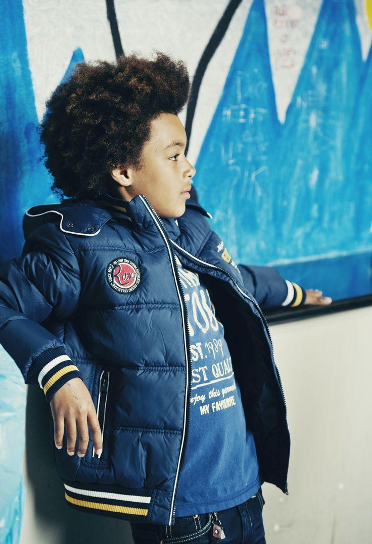 Blauwe winter outfit van Retour Jeans. Dikke jas met een leuke blauwe shirt en natuurlijk een spijkerbroek. Blauwe en Cool. Voor meer Retour Jeans bezoek | Kinderkleding, Kindermode en Babykleding www.kienk.nl |