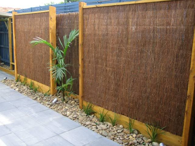 Creative outdoor privacy screens garden screens ideas for Garden windbreak designs