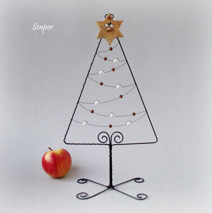 Pověz+mi+hvězdičko+:)+Drátovaný+vánoční+stromeček+z+černého+žíhaného+drátu+dozdobenýdřevěnými+korálky+v+hnědé+a+bílé+barvě.+Špička+stromku+je+ozdobená+keramickou+hvězdičkou+od+Jarmilky+Všetičkové.+Rozměry+:+výška+cca+36+cm,+v+nejširším+místě+má+stromeček+cca+20+cm.+Original+Senper+/+listopad+2013...