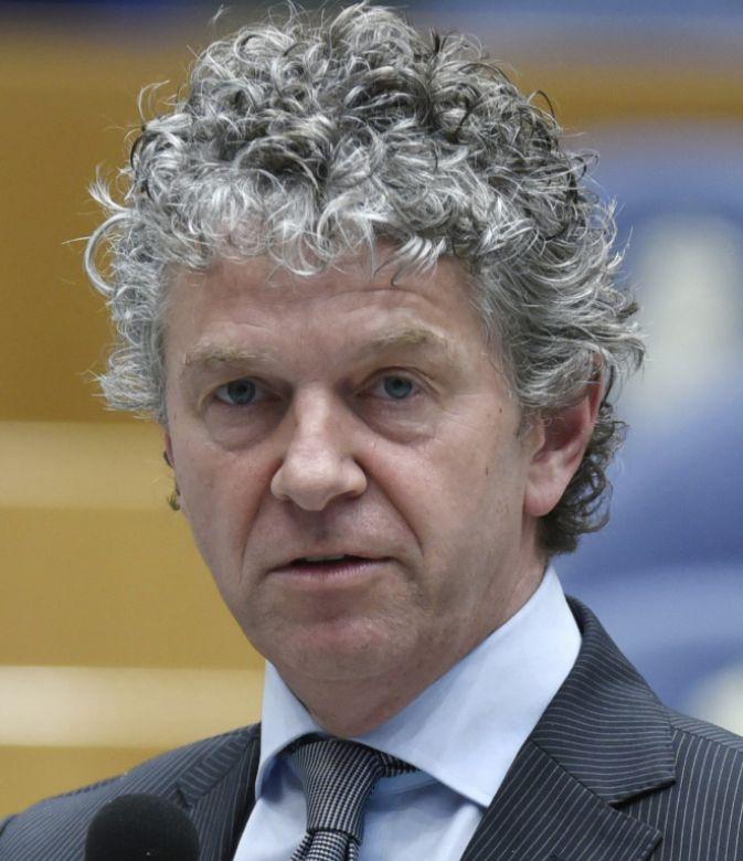 Jacques Monasch 04-01-1962 Nederlands politicus en politiek ideoloog. Hij was van 2010 tot november 2016 lid van de Tweede Kamer der Staten-Generaal namens de Partij van de Arbeid (PvdA) en was daar woordvoerder op het gebied van openbaar vervoer en wonen. Eerder had Monasch diverse andere functies binnen de partij en publiceerde hij enkele boeken over de politiek. Op 7 november 2016 verliet hij de PvdA maar blijft Kamerlid. https://youtu.be/rqotcsAHWEo