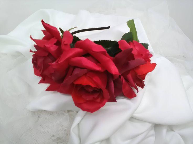 Diadema metálica forrada de cinta negra de raso adornada con tres hermosas rosas rojas, colocadas encima de hojas verdes. Complemento pelo de VirEmDesigns en Etsy