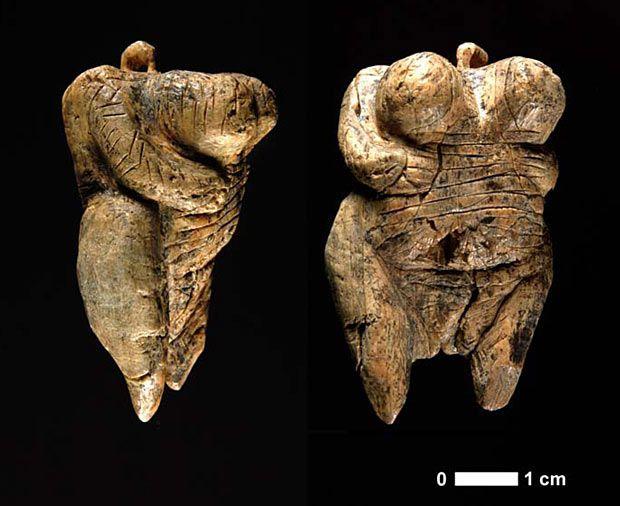 Venere di Hohle Fels ;autore: sconosciuto; datazione: 40 000-35 000 anni fa.; tecnica: avoririo di mammut scolpito a tutto tondo; luogo: trovata in Germania, a Baden Wurttenberg