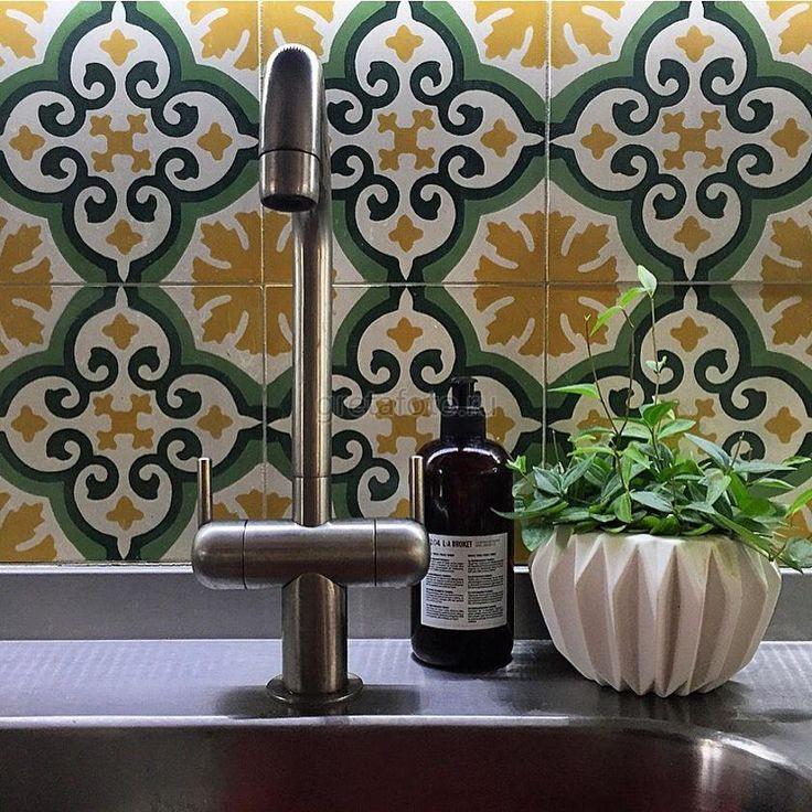 Цементная плитка Mosaic del Sur на фартуке кухни