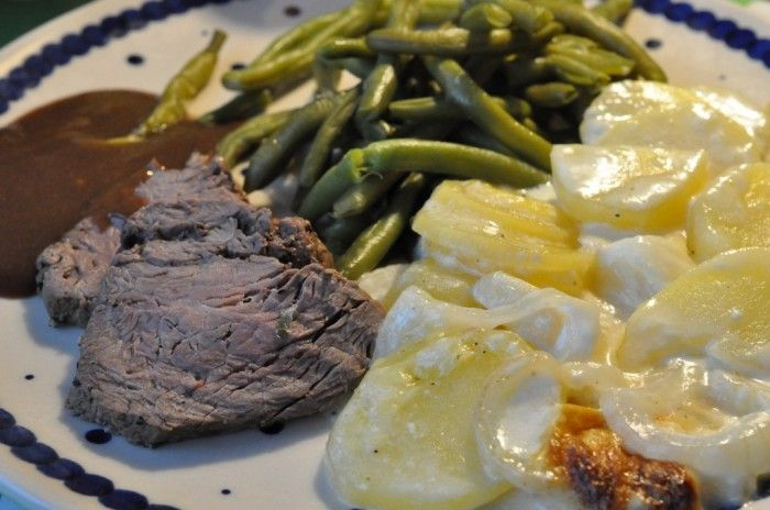 helstegt oksemørbrad og hertil cremede flødekartofler med ost, stegeskysauce og grønne bønner.