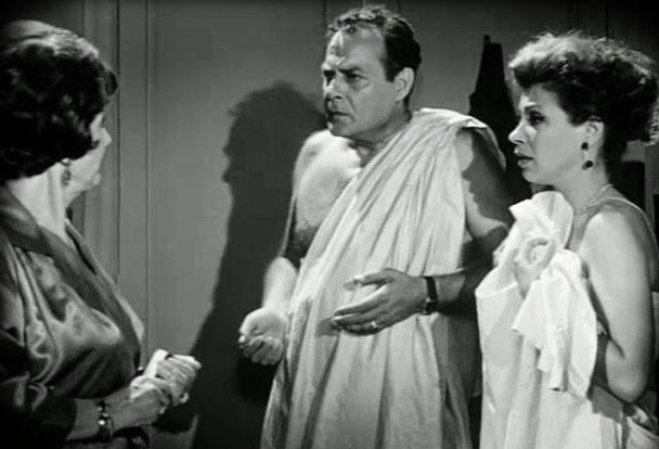 Οι παράνομοι εραστές έπρεπε να πιαστούν επ' αυτοφώρω και να οδηγηθούν γυμνοί στο τμήμα! Ο εξευτελιστικός νόμος περί μοιχείας που ίσχυε στην Ελλάδα έως το 1983 ...