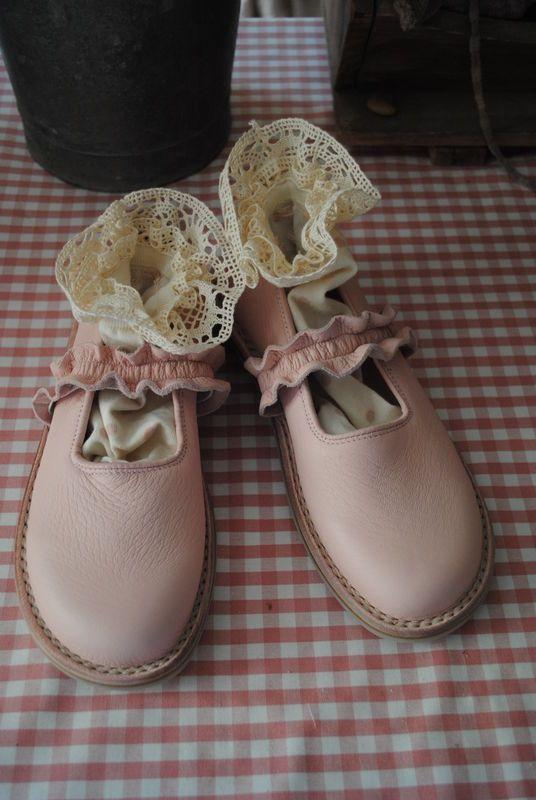 des babies roses avec des chaussettes en dentelle...