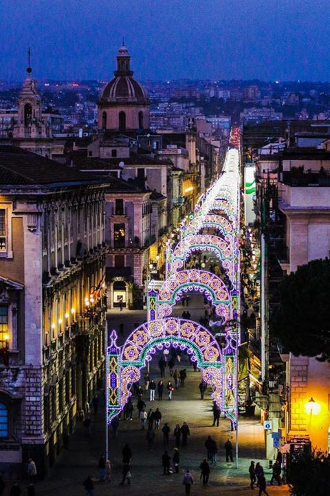 Catania. Via Etnea bardata per le festività di Sant'Agata. Sicilia #lsicilia #sicily #catania