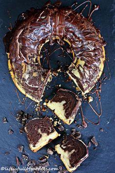 Was entsteht, wenn man einen Gugelhupf-förmigen Kuchen backen möchte, der marmoriert ist, aber eben kein klassischer Marmorkuchen ist, sondern total saftig, super schokoladig, richtig fudgig und trüffelig schmeckt?! Klaro, ein marmorierter Trüffelhupf!!!! Ob jetzt Marmorkuchen oder Trüffeltorte. Keine Ahnung was hier beim Backen genau raus kam, ich weiß nur eins: DEN MÜSST IHR MACHEN!!! Ein …Weiterlesen…
