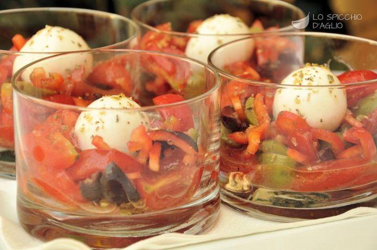 I bicchierini bufala e pomodorini aromatizzati sono un fresco e gustoso antipasto da servire preferibilmente in bicchieri di vetro dalla base larga e di media altezza. Si possono gustare sia a inizio pasto, sia come stuzzichino in un buffet.