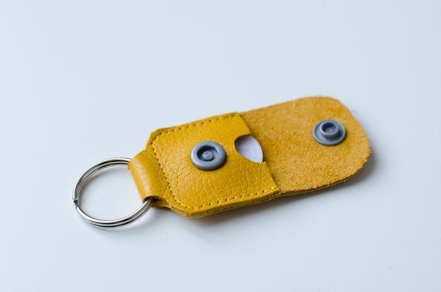 Envie de coudre du cuir .... Une pochette pour papiers de voiture selon mon tuto : Accompagnée d'un porte-clés porte jeton de caddie (après en avoir vu différentes versions sur pinterest) :