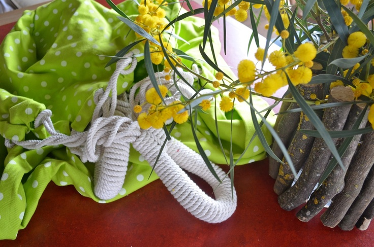 De nieuwe hangmat ligt klaar om weer op gehangen te worden tussen de sinaasappelbomen.