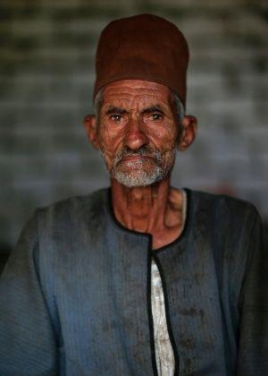"""O agricultor egípcio M. H., 75, morador do Cairo, Egito. """"Tenho medo de que meus filhos me machuquem, me chutem para fora da minha casa e eu morra sozinho O maior problema dos idosos egípcios é a falta de seguro saúde e pagamento da aposentadoria como em países civilizados""""   Fotografia: Hassan Ammar / AP."""