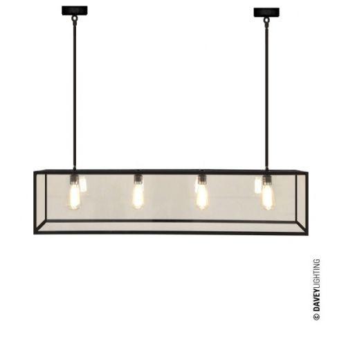 Denne lampen er lagervare og kan kjøpes/hentes hos Lampestudio by Studio Kvänum i Drammensveien 123, Oslo eller i din lokale Slettvoll-butikk. En av våre bestselgere! Lekker lampe i værbitt messing og glass med fire lyspæreholdere. Leveres med 2x60cm stag. Perfekt over spisebord eller kjøkkenøy.