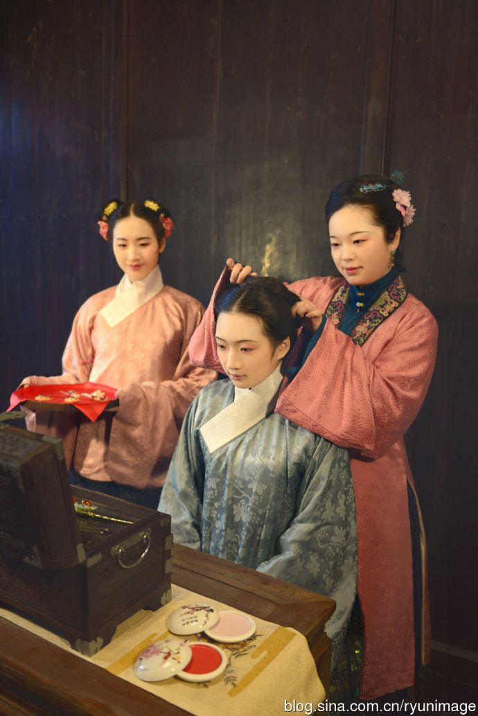 preparing the bride for a Ming (1368–1644) style wedding, hanfu revival.
