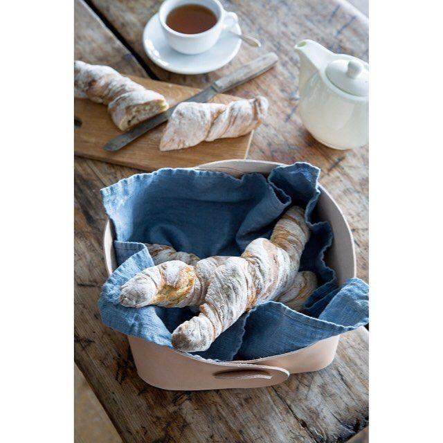 Äntligen fredag! Måste kasta in en bild på min brödkorg i läder. Den är gjord i ett enda stycke, utan sömmar, nitar eller lim. Beskrivningen ligger på bloggen i kategori läder. #läderhantverk #läder #diy #diyblog #diydetaljer #slöjd #slöjddetaljer #pyssel #pyssla #pysselinspo #pysselinspiration #gördetsjälv #interior #inredning #brödkorg  #skinn
