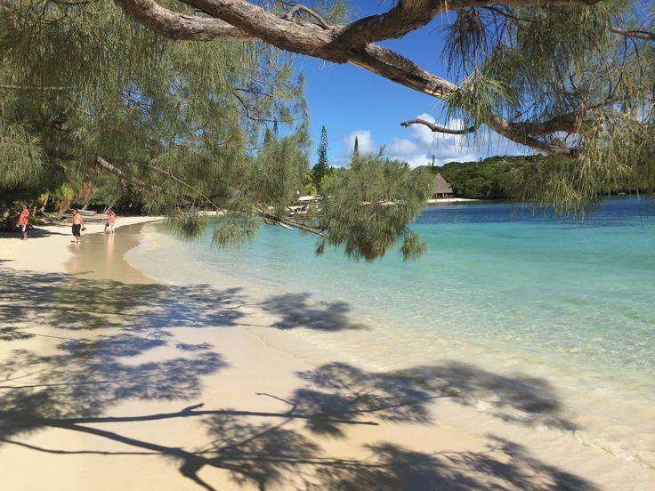 Ilha dos Pinheiros (ou Ilha das Pinhas), Nova Caledônia, França. A Nova Caledônia é um arquipélago da Oceania situado na Melanésia, um território anexado à França. Sua capital é Nouméa. Fotografia: Giovana Quaglio.