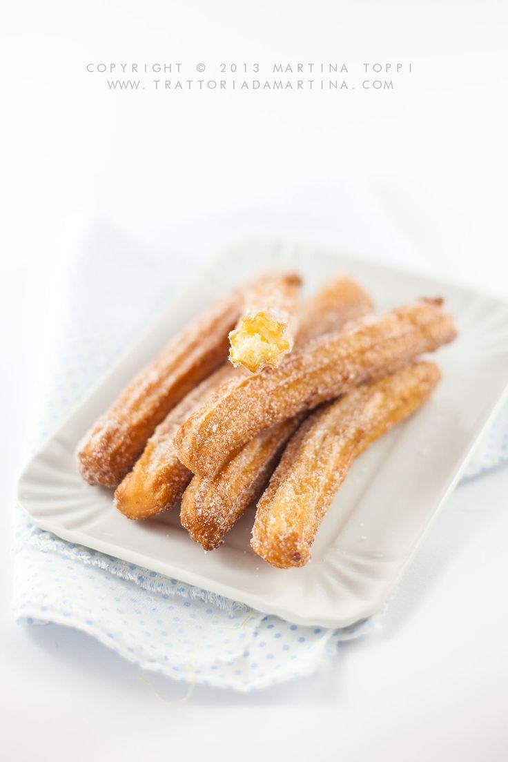 I churros, sono dei dolcetti semplici semplici e molto gustosi; in Spagna sono cibo da strada, che trovate nelle bancarelle delle strade principali, nelle piazze e nei mercati o nei luna park ... Si mangiano anche la domenica a colazione intinti in una tazza di cioccolata calda.