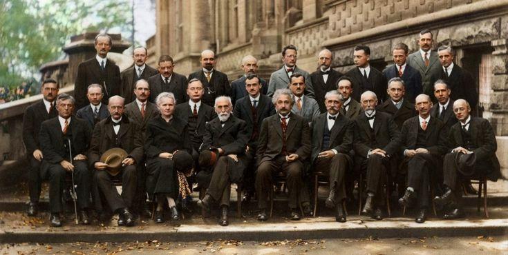 Questa foto è conosciuta come la più intelligente mai scattata nella storia. Ben 17 delle 29 persone ritratte qui erano o sarebbero diventate dei premi Nobel. Fu scattata (in bianco e nero, poi resa a colori) in occasione della conferenza di Solvay di Bruxelles del 1927, una delle pietre miliari della storia della fisica. I più importanti fisici di tutto il mondo vi si trovarono per discutere la nuova teoria dei quanti. Tra questi figura anche Marie Curie, per cui Einstein nutriva una…