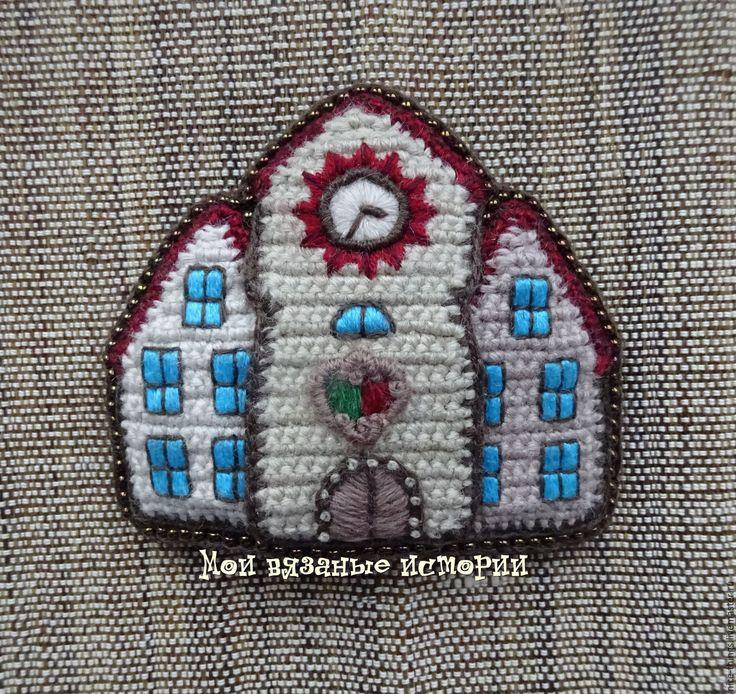 Купить Брошь вязаная вышитая У Ратуши-4 бежевая - бежевый, голландия, брошь с вышивкой