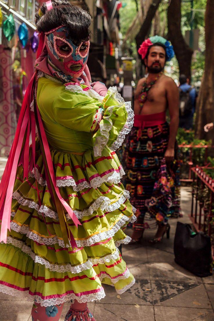 Una de las avenidas más emblemáticas de la Ciudad de México, Paseo de la Reforma, se ha llenado de colores con la Marcha del Orgullo LGBT. Lgbt, Samurai, Feels, Mexican, People, Walking Gear, Mexico City, Feminism, Lifestyle