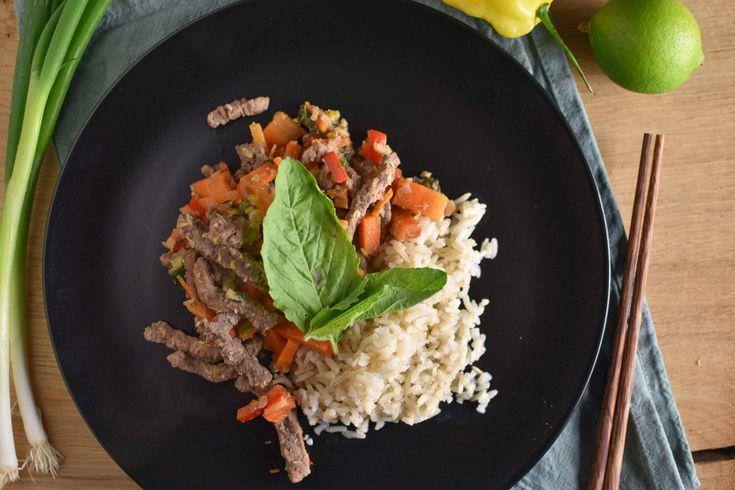Een heerlijk recept met Thaise basilicum saus: Thaise basilicum biefstukreepjes met rijst. Makkelijk, lekker en snel te maken!