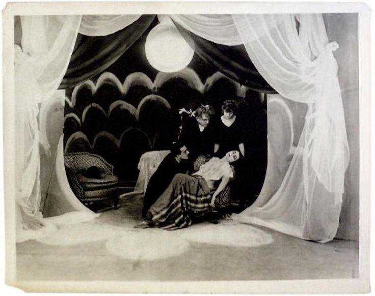 Le Cabinet du Dr. Caligari Allemagne, 1919 Argentique d'époque, 280x320 mm, tampon. Photographie d'exploitation reçue à l'époque par Samuel Goldwyn pour la sortie américaine du film. Vente aux #encheres du 30/05/13 par Binoche & Giquelllo