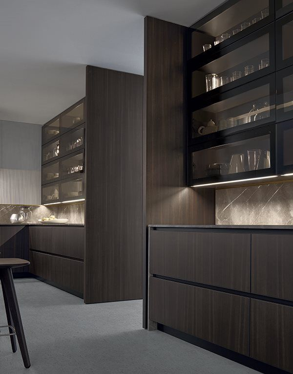 Each design of the Varenna collection is part of an integrated system, which is based on combinable furniture components and features a wide range of technical accessories and equipment. Arthena is an exclusive, simple and versatile proposal: it is a kitchen which features no handles and a special processing of the edges framing the door panels. The latter is a detail that embellishes the composition, which is also enhanced thanks to the use of metal or wooden finishings and varnishings.