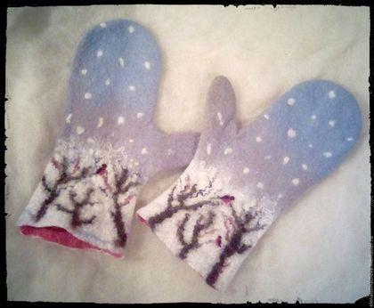 Снегири на заснеженных ветках,хлопьями падает снег,лёгкий мороз и голубое небо,все удивляет и радует как в первый раз.Надеваем варежки,валенки и идём гулять по первому снегу!