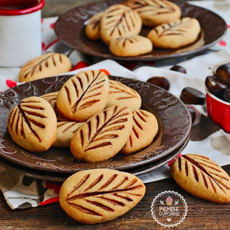 Kestaneli yaprak kurabiye Tarçınlı kestaneli kıyır kıyır ımmmmm.  Tam  kış kurabiyesi oldu bence  Tarif un dahil tam ölçülü ve hamurun kıvamından yaprak şekli vermek çok kolay oluyor.  Tarif   MALZEMELER 20-30 DAKİKA 6-8 KİŞİLİK 15-16 adet kurabiye için: 200 gram tereyağı 1 yemek kaşığı yoğurt 1 çay bardağı pudra şekeri 3 su bardağı un (Unu birden değil yavaş yavaş ilave edin. 3 su bardağı un tam geliyor ama dikkat etmekte fayda var.) 1 paket kabartma tozu 1 paket vanily...