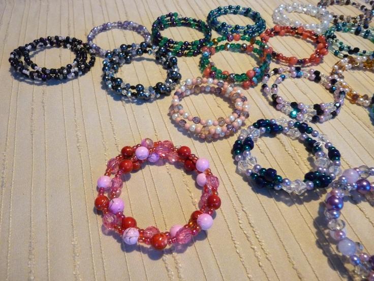 """Mijn hobby...armbanden van """"wire-draad""""versierd met allerlei kraaltjes.Past om iedere pols!"""