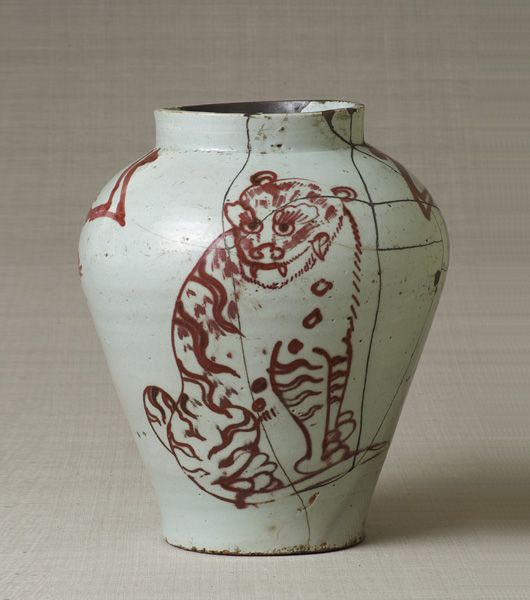 Jar with tiger and magpie motif, copper red glaze. Joseon Dynasty, the late 18th century. Joseon. 28.7×25.1 cm. No.6013. In the Korean Peninsula Collection