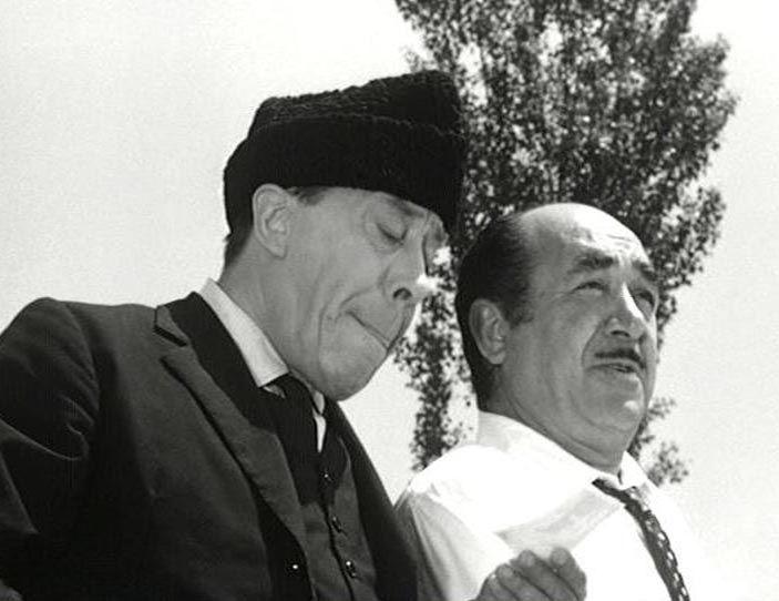 """Il Compagno Don Camillo, Brusco, campo di grano, fratello, """"Compagno, Chi ha avuto venti milioni di caduti in guerra non può preoccuparsi dei cinquanta o centomila morti che il nemico gli ha lasciato in casa."""", """"Ma questo non posso mica andarglielo a raccontare a mia madre!"""", """"E non dirglielo... lascia che pensi alla croce di legno della fotografia. Dille che hai acceso il lumino sulla tomba di tuo fratello. E seminando il grano di questa spiga, sarà un po' come tenessi in vita lui."""""""
