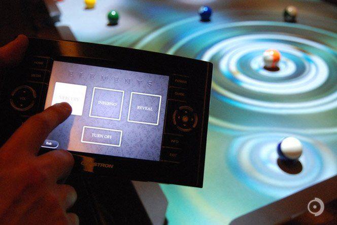 A empresaObscura Digitalcriou essa mesa de sinuca integrada com sensores de movimento e um projetor de alta definição fixado no teto e direcionado para a mesa. A mesa simula diversos efeitos visuais enquanto os jogadores se divertem.
