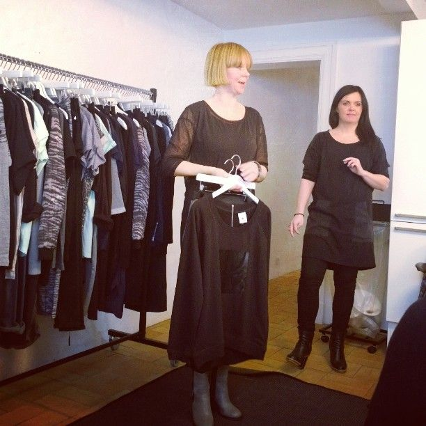 De to kvinder bag BLACK SWAN FASHION, Sabine og Janne, er i fuld gang med at præsentere og vise den lækre kollektion. Janne: Darlene Dress og holder på Domino Sweat. Sabine har Dante tunic og Concorde slim jeans