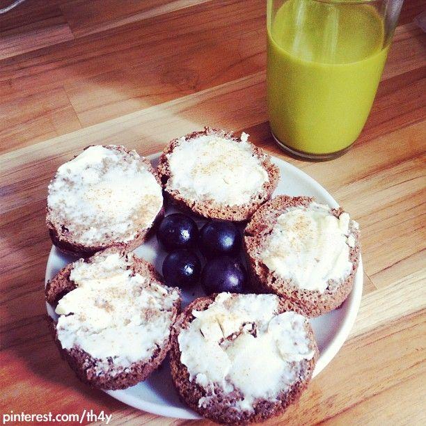 BOLO DE MICROONDAS DE CACAU - 1 ovo, 2 colheres de iogurte desnatado, 2 colheres de leite desnatado em pó, 1 colher de linhaça moída, 1 colher de café de cacau em pó sem açúcar, 1 colher de café de essência de baunilha, 10 gotas de Stevia, 1 colher de café fermento - 2:20 no microondas + recheio: 1 polenguinho light e canela a gosto / suco: 1/4 abacate congelado, 1 lasca de gengibre, 1/2 limão espremido, 2 folhas de couve manteiga, água até cobrir